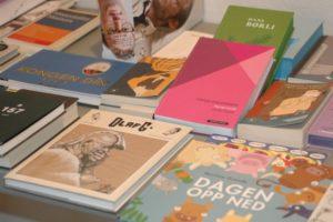 Kom og bla, skumles og kjenn på bøkene hos oss